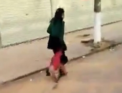 いきすぎたしつけは体罰となる。路上で幼い娘をひきずり殴る母親(中国)