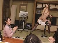 【エロ動画】美人妻が婦人会いじめのターゲットに…惨めな宴会芸をハイテンションで強要!