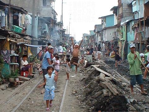 【画像】フィリピンの線路沿いの画像がヤバすぎると話題に