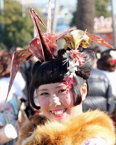 【画像】新成人の髪飾りが凄いと海外でも報道されるwww