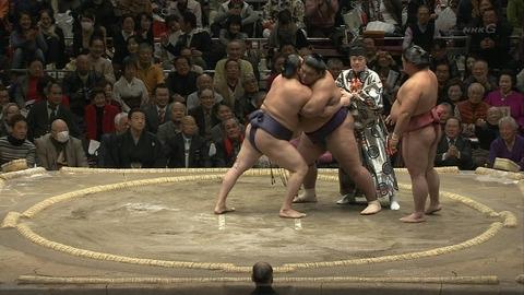 【画像・動画あり】 大相撲で力士が乱入騒ぎwwwwwwwwwwwwwww