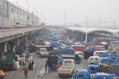 「タダだ。それっ」川で魚が大量死、周辺住民が南京市場へ転売