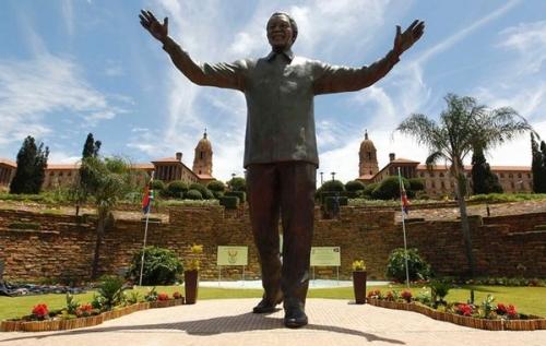 【画像】 南アフリカ政府「マンデラ氏の像の耳穴にウサギちゃんを置いたのは誰だ!!」