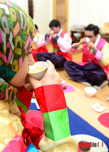 【画像】 韓国の伝統文化である「茶道」を学ぶ外国人留学生たちをご覧ください。