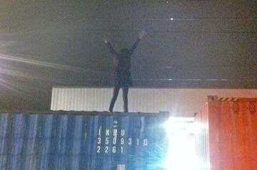 列車によじ登って記念写真を撮った女性、2.5万ボルトの架線に触れ感電…イギリス