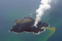 噴火出現「新島」と一体化の西之島!拡大を続け面積3倍にw海保「100年は残る」「更に広く」www