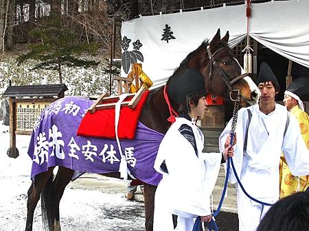 義経神社で初午祭開催、ダンツジャッジが神馬として参加