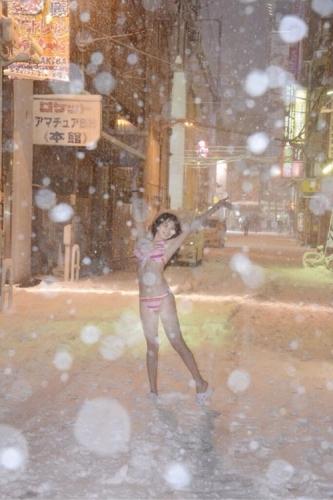 【画像あり】雪が降る秋葉原の路上で、水着・スク水になるアイドルが出現www