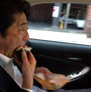 【悲報】 安倍総理、おにぎりを一つ食べても「貧乏臭い」と叩かれていた 何食えばいいの?