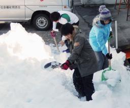 山梨「雪かきボランティア募集 道具持参、自力で食事と宿泊場所を確保すること」