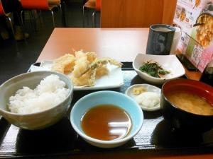 【画像あり】『てんぷら屋』して『1人で飯食ってる女』www
