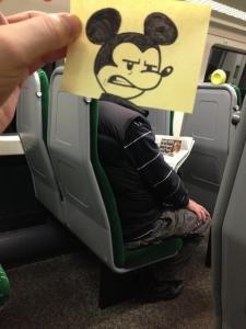 外国人「電車に乗ってる時の時間のつぶし方を教える」海外の反応