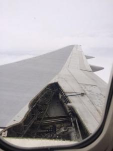 【画像】 「飛行機の窓から外を見たらこうなってた」 窓から撮影された写真が話題に