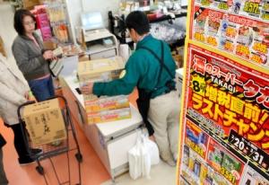 【増税】買いだめ需要「想定以上」 客殺到、物流にも影響