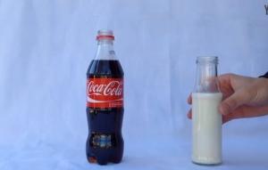 コーラに牛乳を混ぜてみたら別の液体になった・・・