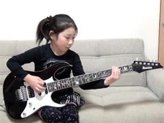 ▼ 将来、日本のロックシーンを背負って立つこと間違いなし!神ギター演奏者はなんと8歳の少女!