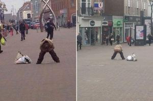 女性が路上で突然にズボンを降ろして放尿開始 その現場に居合わせた男の取った行動とは