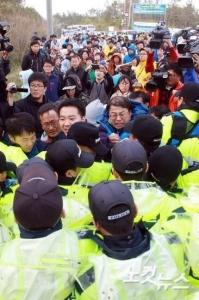 【ピースニダwww】記念撮影の高官更迭=家族が猛反発-韓国旅客船沈没
