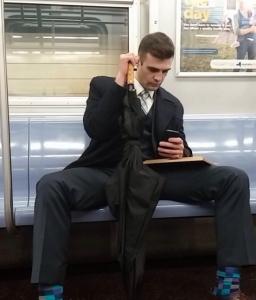 大股開きに足のっけ。電車内で多く見かける座席占拠する人々