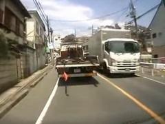 ▼ 前方を走るトラックからまさかの物体が・・・・。これは恐ろしい落下物の恐怖。