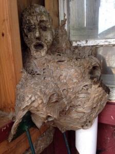 木の人形に作られたスズメバチの巣がホラーだと話題