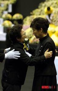 【韓国】朴槿恵大統領が焼香所で慰めた女性は一般弔問客