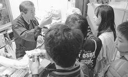 【消費税】小学生達が、駄菓子屋を経営する荒川民主商工会の会員「としちゃん」67歳に「超うざい!」「やだー!」の大合唱