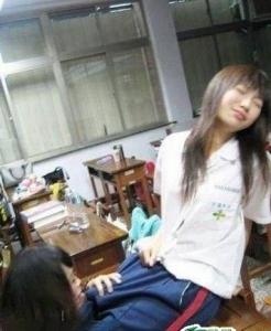 ★【超閲覧注意】女子高の教室がヤバイwwww 女に幻滅するわ・・・