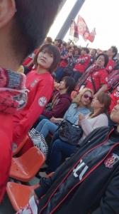 【画像】水沢アリー、レッズサポーターと勝利のハイタッチ