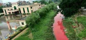 大雨に便乗、汚水流し川が赤化