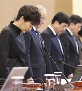 【韓国沈没船】いったいどうすれば許してくれるの? 朴槿恵大統領の何度目かの涙の謝罪にも韓国民満足せずwwwwwww