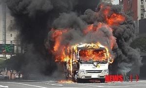 韓国製バスが市街地道路で原因不明の爆発炎上により丸焼け。爆破テロの恐怖に怯える韓国人が騒然