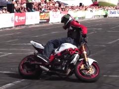 ▼ バイク神業動画 ほとんど曲乗りの域に達してるバイクテクニックに観客大歓声!!