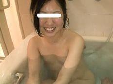 【無修正】まだあどけなさの残る素人若妻の剛毛マムコに中出し!