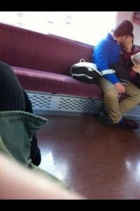 【衝撃画像】電車の中でHな事をしているカップルを激写・・・こんなのどう見ても・・・・・・・・・・・・・・・・・・・・