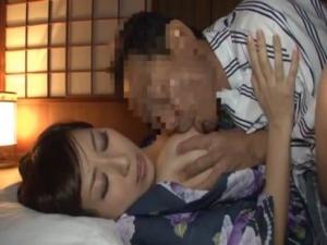 寝ている和服美女にいたずらしてそのままハメるの最高 【エロ動画】